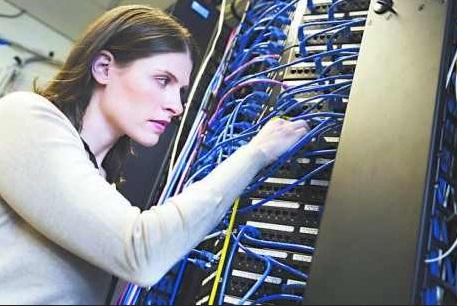 IT-Technikerin bei der Arbeit